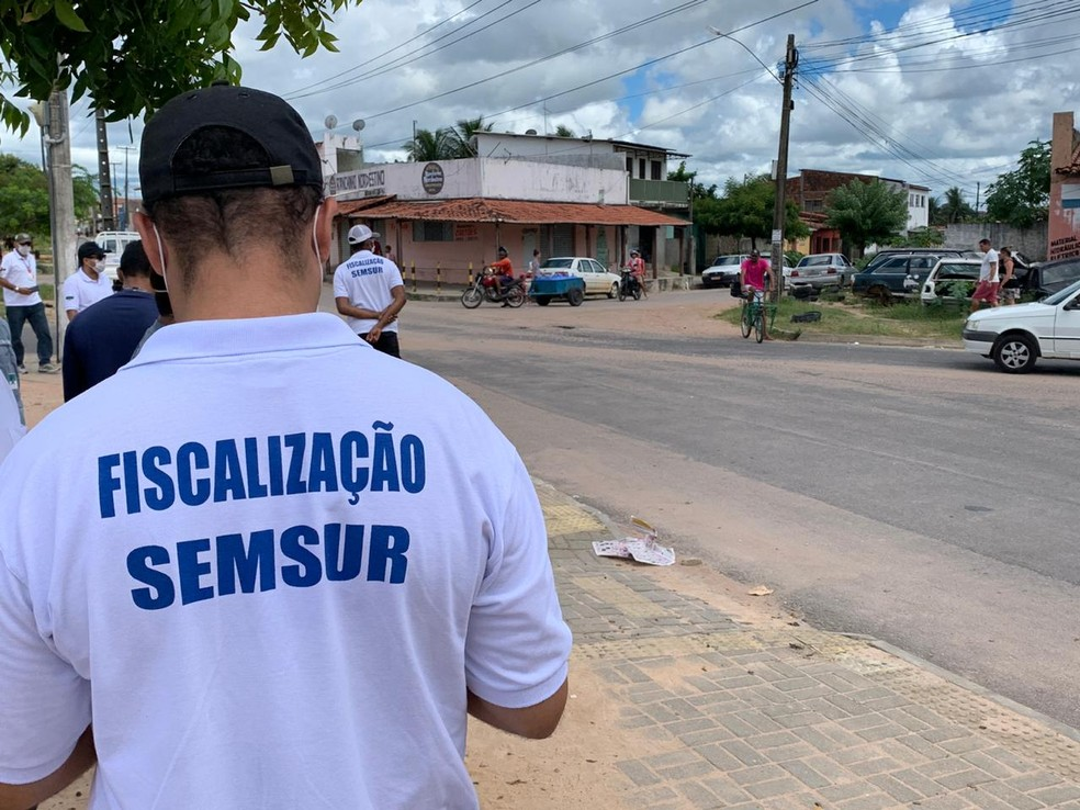 Fiscais da Semsur na feira do Parque dos Coqueiros — Foto: Anna Alyne Cunha/Inter TV Cabugi