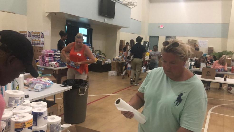 Voluntários em Nassau organizam kits de ajuda para pessoas atingidas pelo furacão Dorian nas Bahamas   — Foto: Pia Oyarzun/Arquivo Pessoal