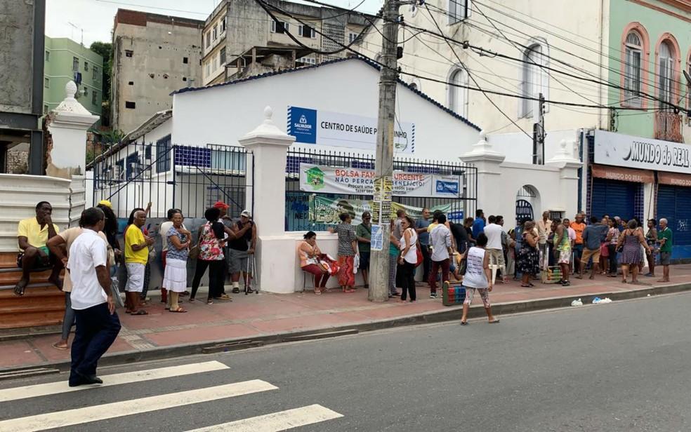 Pacientes em busca de atendimento formam fila gigante em frente a posto de saúde no Pelourinho, em Salvador — Foto: Victor Silveira/TV Bahia