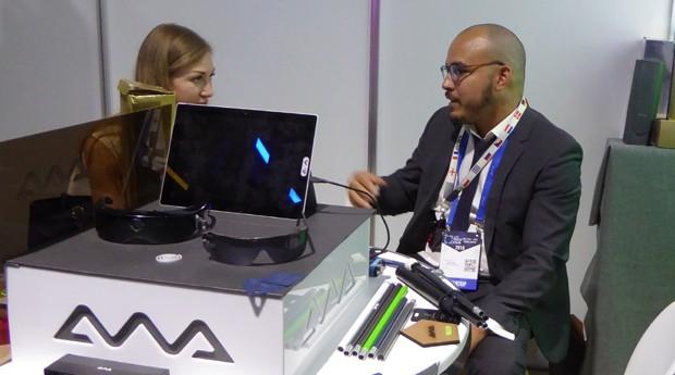 Marcos OAP e os óculos inteligentes no estande da AWA no StartOut Brasil, programa de apoio à inserção de startups brasileiras no mercado europeu (Foto: Maggi Krause)