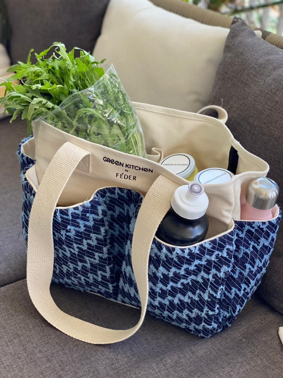 O cliente pode comprar apenas a bolsa por R$ 299,00 ou o kit completo, que inclui a bolsa e o kit de café da manhã ou da tarde da Green Kitchen com potes retornáveis que o cliente pode devolver e ter um desconto de R$ 2,00 na próxima compra. O valor é R$ 369,00 (Foto: Féder / Divulgação)