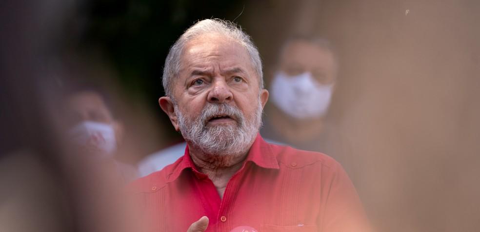 O ex-presidente Luiz Inácio Lula da Silva fala com a imprensa após votar em São Bernardo do Campo, no ABC paulista, neste domingo (15) — Foto: Marcelo Brandt/G1