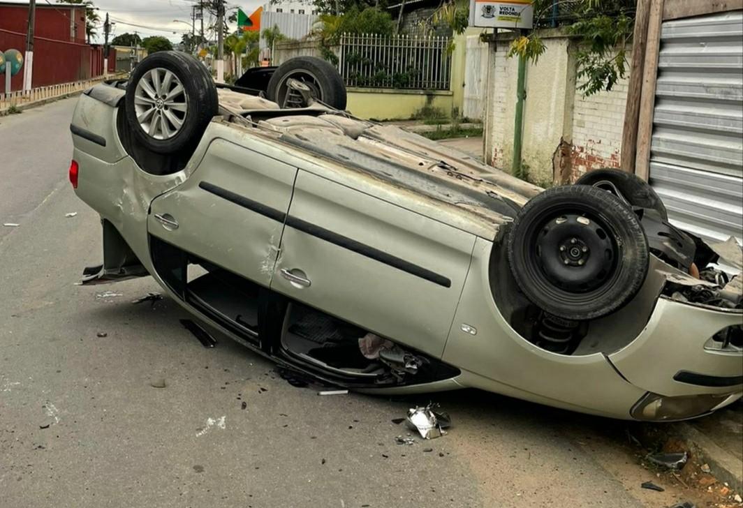 Carro capota e três pessoas ficam feridas em Volta Redonda