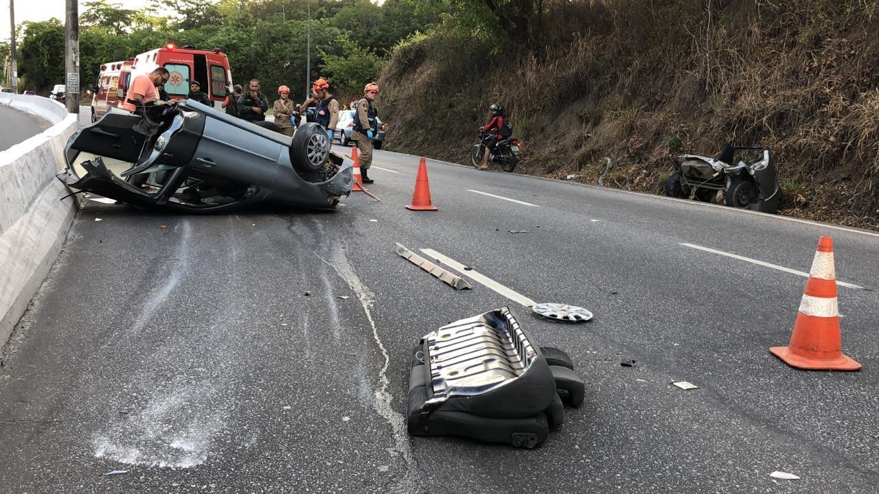 Carro bate em poste e fica destruído após 'racha' entre dois veículos, em João Pessoa - Noticias
