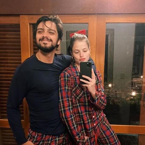 Rodrigo Simas e Agatha Moreira combinam pijama na quarentena (Foto: Reprodução)