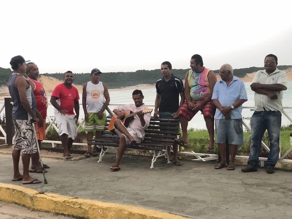 Moradores de Baía Formosa se reúnem em praça para cantar com Zé Maria (Foto: Lucas Cortez/G1)