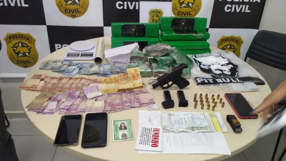 Armas dinheiro e drogas foram apreendidos com os criminosos em Ponta Negra, na Zona Sul de Natal — Foto: Cedida