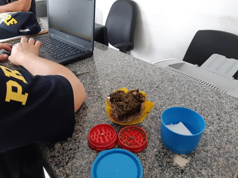 Policiais rodoviários encontraram na cabine do caminhão do motorista 15 gramas de maconha — Foto: Divulgação/Polícia Rodoviária Federal