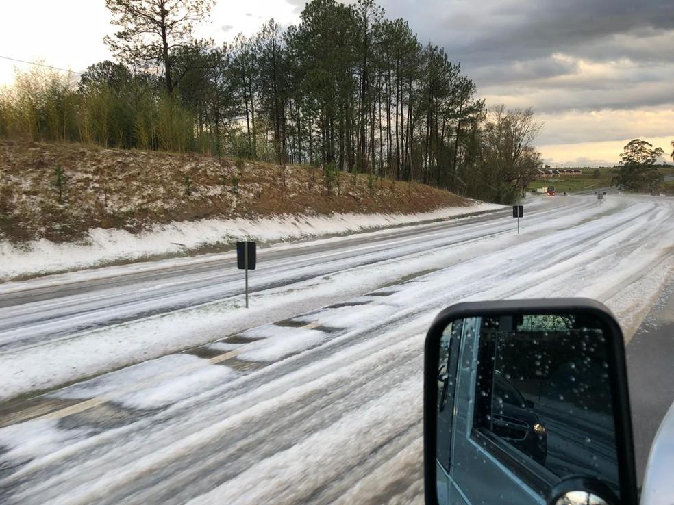 Temporal com granizo deixa rodovia no interior de SP com 'cara' de estrada europeia — Foto: Divulgação