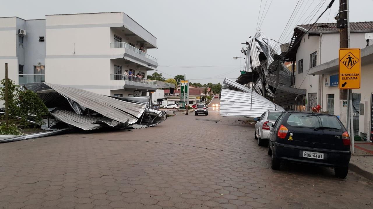 Temporal com granizo e vendaval causam estragos em cidades de SC