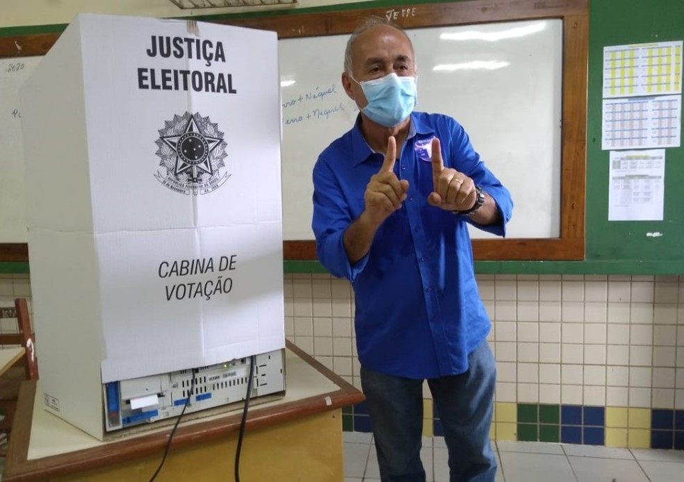 Tião Bocalom vota na Escola Serafim Salgado, em Rio Branco — Foto: Alcinete Gadelha/G1