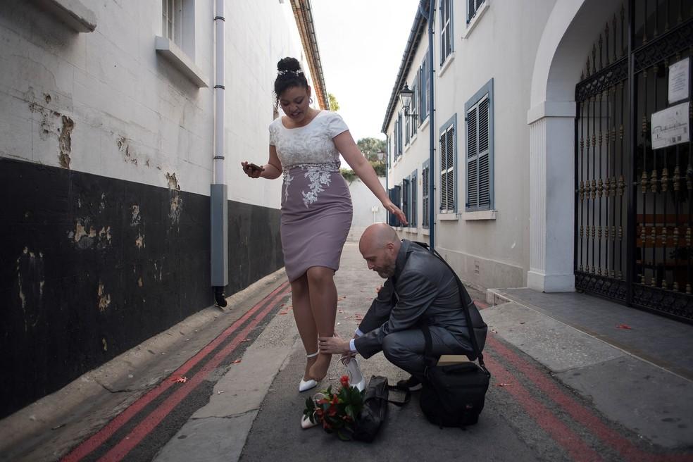 O casal tinha planos de casar na Irlânda, mas com a pandemia tiveram que mudar de destino.  — Foto: JORGE GUERRERO / AFP