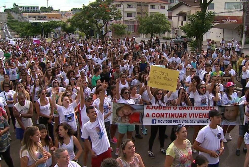 História de Davi Miguel mobilizou manifestantes em Franca por pagamento de transplante  — Foto: Chico Escolano/EPTV/Arquivo Pessoal