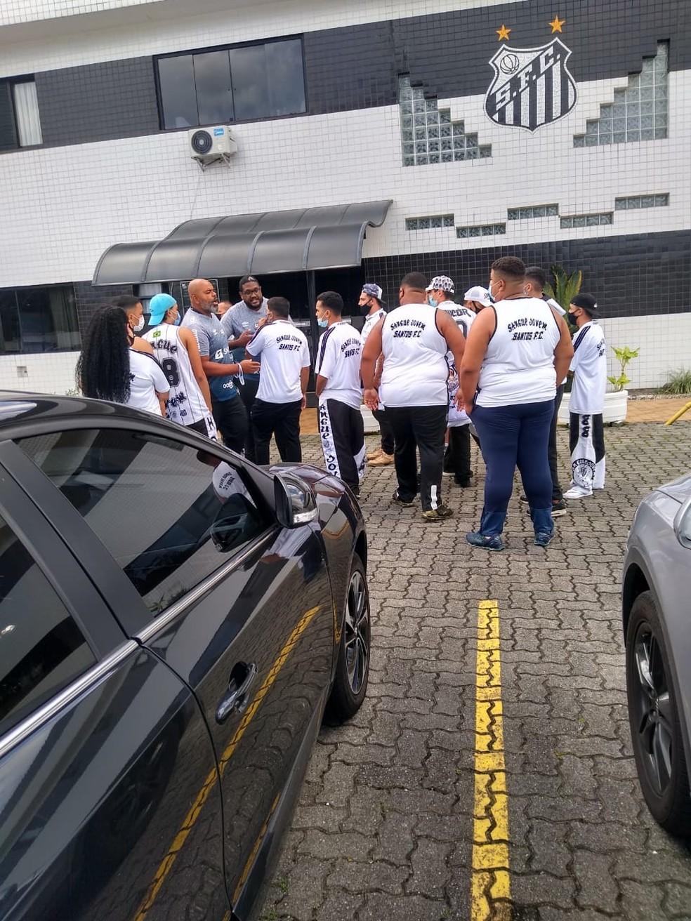 Torcedores do Santos vão ao CT Rei Pelé — Foto: Reprodução