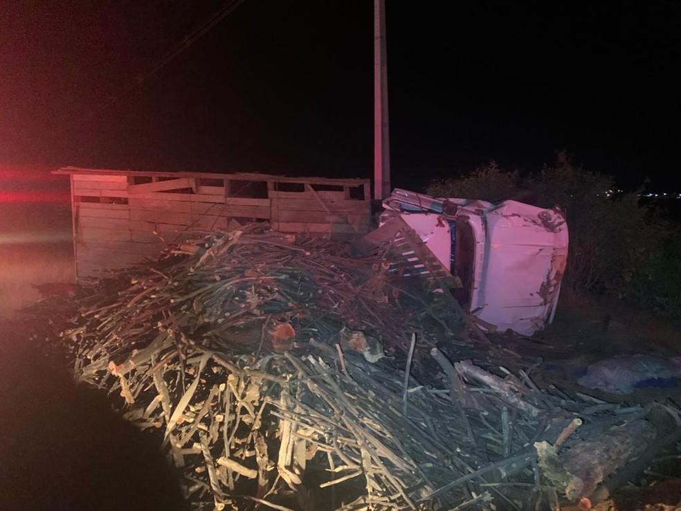 Caminhão carregado de lenha tombou na RN-89 na região Seridó do RN — Foto: DPRE/Cedida