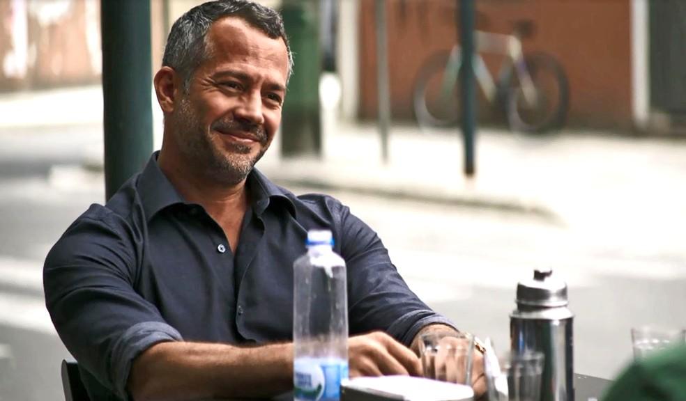 Agno (Malvino salvador) garante a Bernardo (Bruno Gissoni) que ele será contratado por Fabiana (Nathalia Dill), em 'A Dona do Pedaço' — Foto: Globo