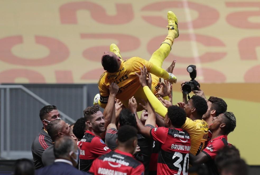 Elenco exalta defesas de Diego Alves na festa do título — Foto: Reuters