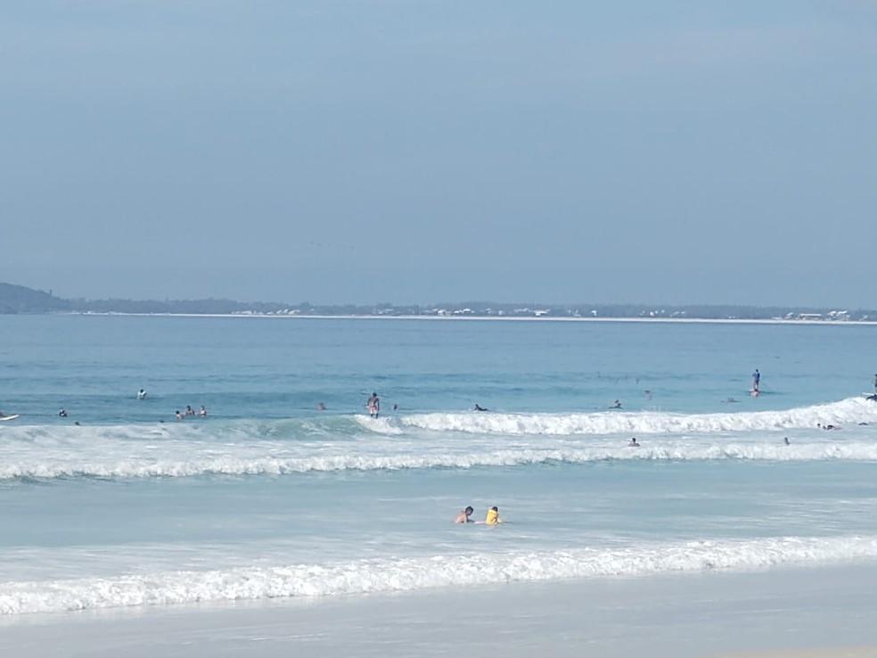 Praia do Forte, em Cabo Frio, RJ, tem pessoas praticando atividades esportivas apesar de proibição em decreto — Foto: Paulo Henrique Cardoso/G1