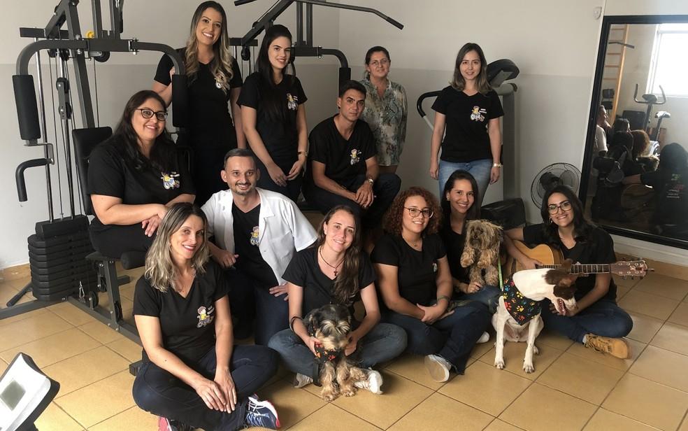 Professores, alunos e profissionais da Saúde participam do projeto Bichos Terapeutas, em Morrinhos — Foto: Paula Resende/G1