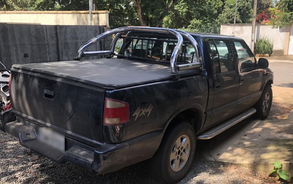 Caminhonete do preso, que teria sido usada para levar corpo da vítima até a GO-139, onde ele foi deixado — Foto: Paula Resende/G1
