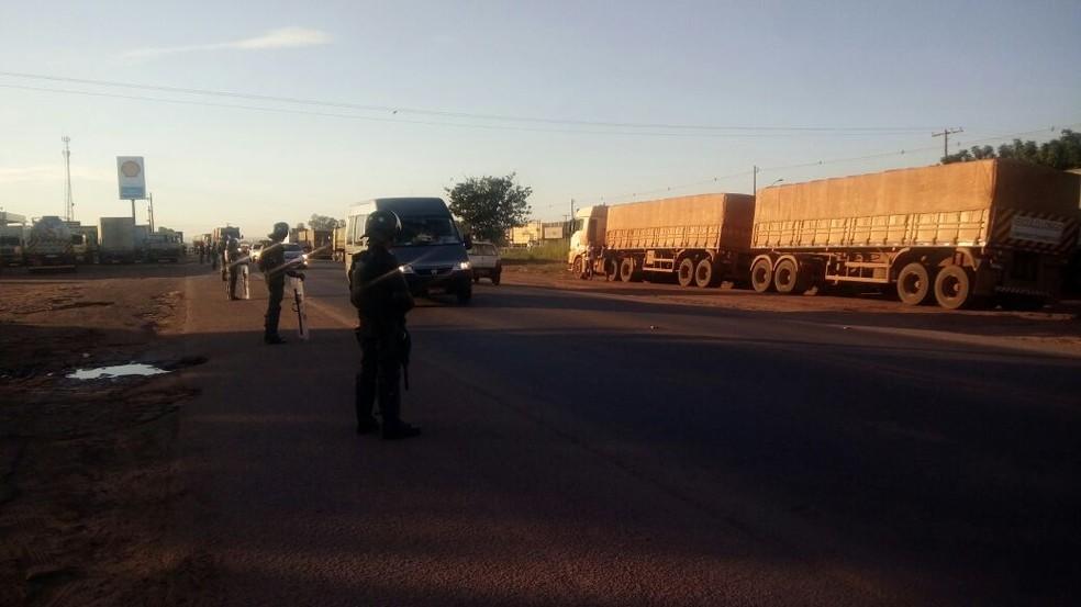 Militares do Exército e policiais rodoviários desocupam trechos bloqueados por caminhoneiros no Distrito Industrial, em Cuiabá (Foto: Brígida Mota/TVCA)