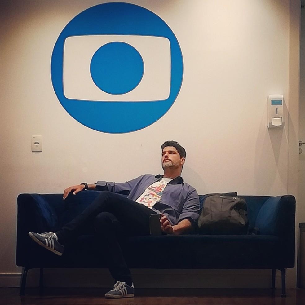Bruno Cabrerizo se preparando para gravar cenas de 'Quanto Mais Vida Melhor', a nova novela das 7, escrita por Mauro Wilson — Foto: Reprodução/Instagram