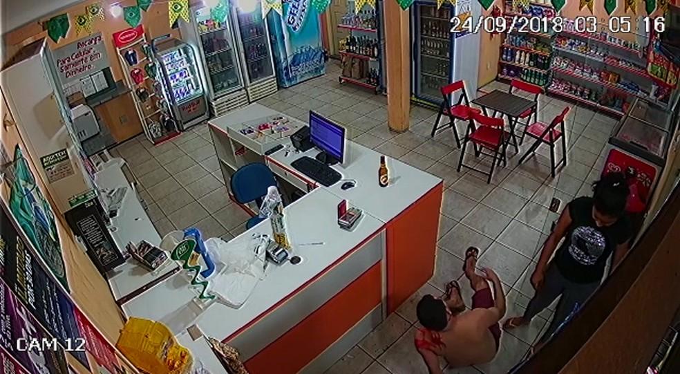 Após ser agredido, servidor público é socorrido por funcionária de loja de conveniência — Foto: Reprodução/Divulgação