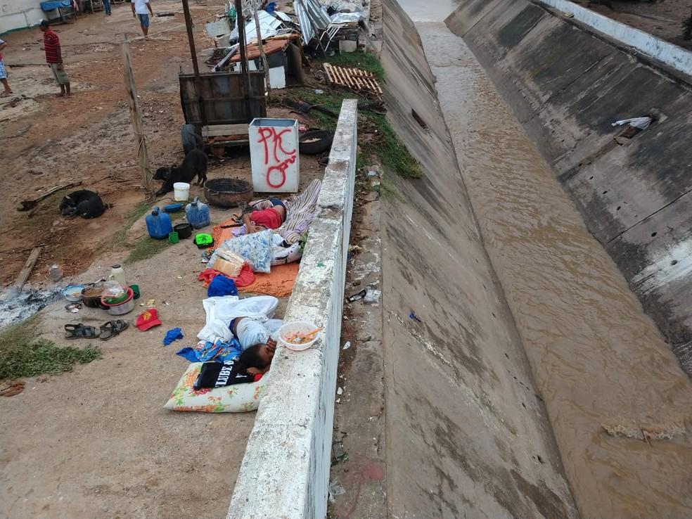 Crianças tiveram que dormir no meio da rua após o canal transbordar no Crato — Foto: Antônio Rodrigues/SVM
