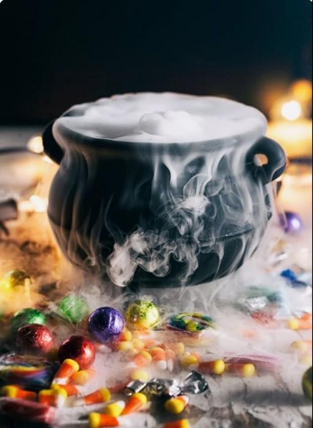 Halloween: Centro de mesa com caldeirão e gelo seco (Foto: Pinterest/Reprodução)
