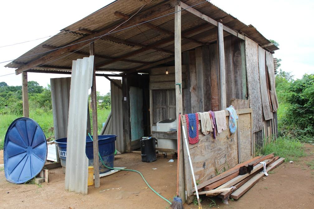 Área externa do barraco onde Priscila Carla vivia com a família, na Zona Sul de Porto Velho. — Foto: Diêgo Holanda/G1