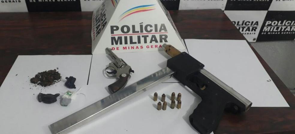 -  Uma submetralhadora calibre 380 e um rólver calibre 22 foram apreendidos na zona rural de Divinópólis  Foto: Polícia Militar de Divinópolis/Divulgaçã