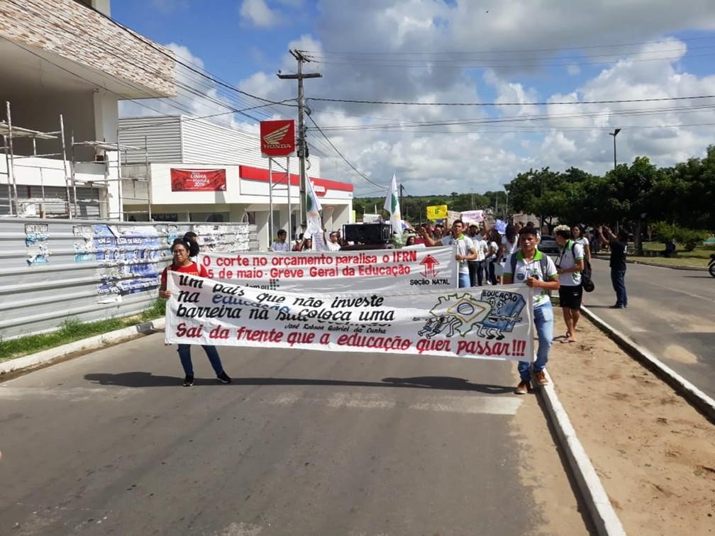 Nova Cruz- estudantes e professores fazem protesto contra bloqueios na educação no Rio Grande do Norte — Foto: Daniel Barbosa