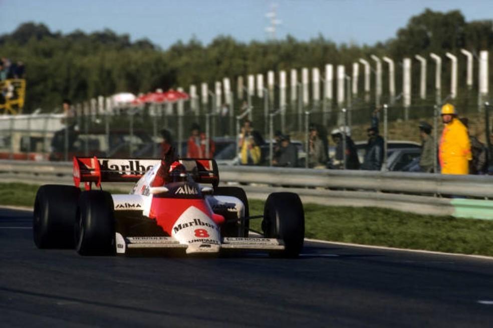 Niki Lauda cruza a linha de chegada em Portugal para celebrar o tri — Foto: Getty Images