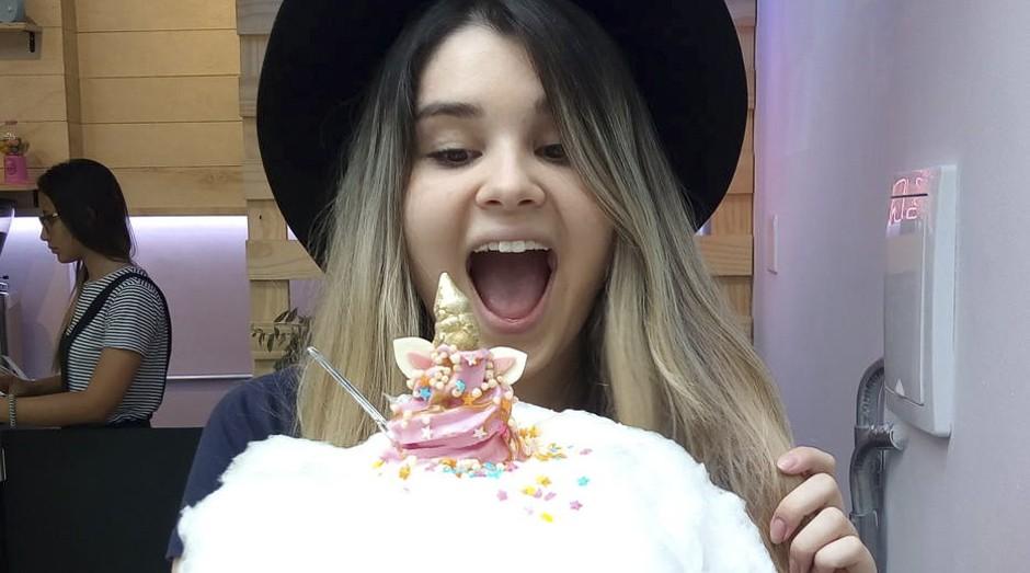 Lucia Robertti compra sorvete da Dona Nuvem para fazer fotos para seu Instagram (Foto: Estadão Conteúdo)