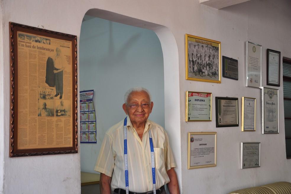Antônio mora e trabalha no mesmo prédio, na Rua 24 de Outubro, em Cuiabá (Foto: Kessillen Lopes/ G1)
