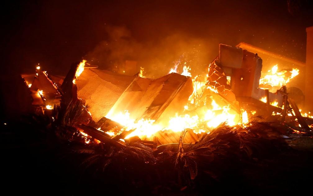 Casa é destruída pelas chamas em Thousand Oaks, na Califórnia, na sexta-feira (8) — Foto: AP Photo/Noah Berger