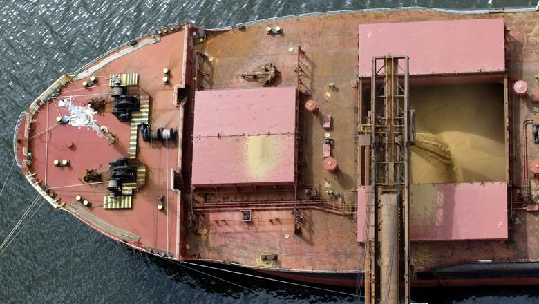 Navio carregado com soja no porto de Paranaguá (PR) (Foto: Paulo Whitaker/Reuters)