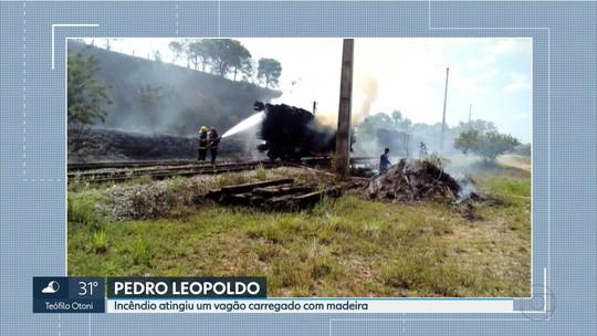 Madeiras em vagão de trem pegam fogo em Pedro Leopoldo