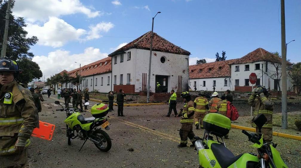 Serviços de emergência vão a academia da polícia em Bogotá em que carro explodiu nesta quinta-feira (17) — Foto: AP Photo