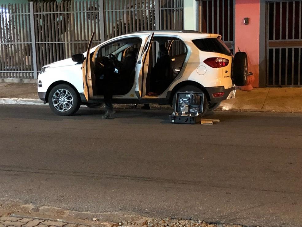 O carro da família foi encontrado horas após o crime no Jardim América (Foto: André Luiz Rosa/TV Vanguarda)