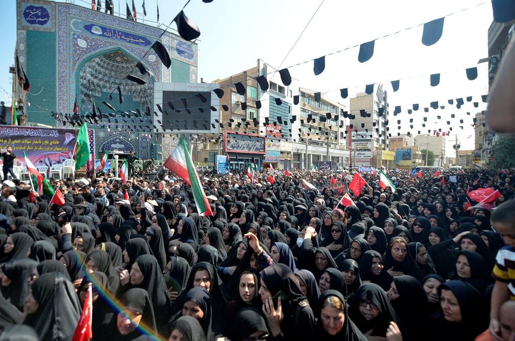 Iranianas participam de funeral de vítimas de atentato no último sábado em Ahvaz — Foto: Tasnim News Agency/via Reuters