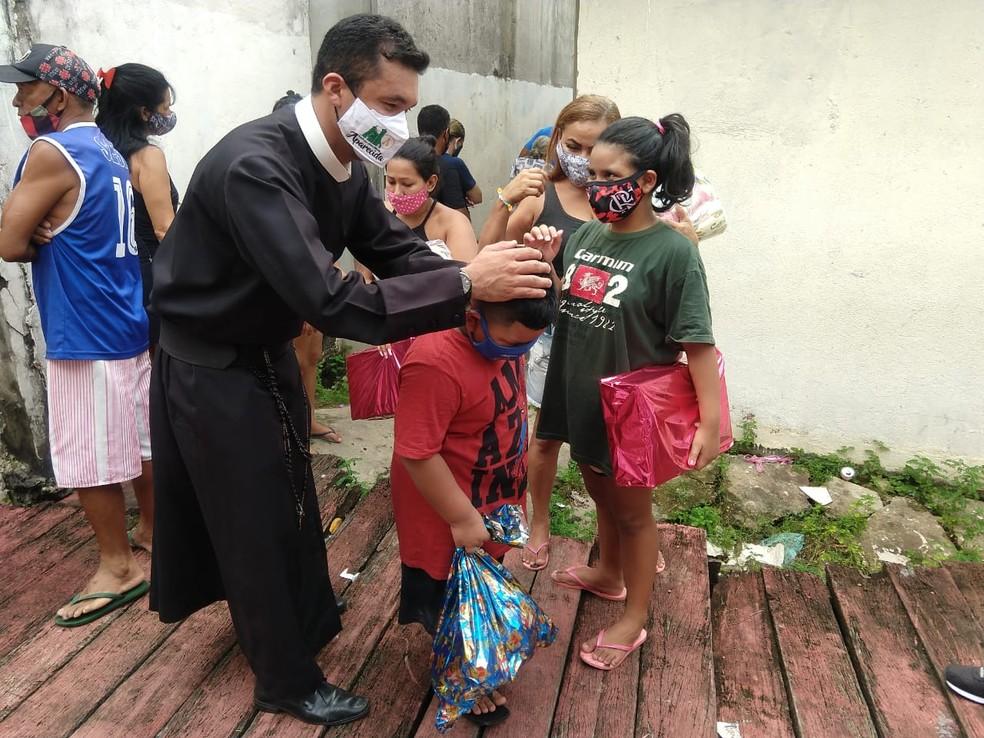 Crianças foram presenteadas com brinquedos durante ação social. — Foto: Larissa Santiago/Rede Amazônica