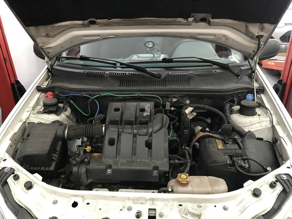 Verificar nível de óleo do motor é o primeiro passo para ver se está tudo certo no carro usado (Foto: Denis Marum/G1)