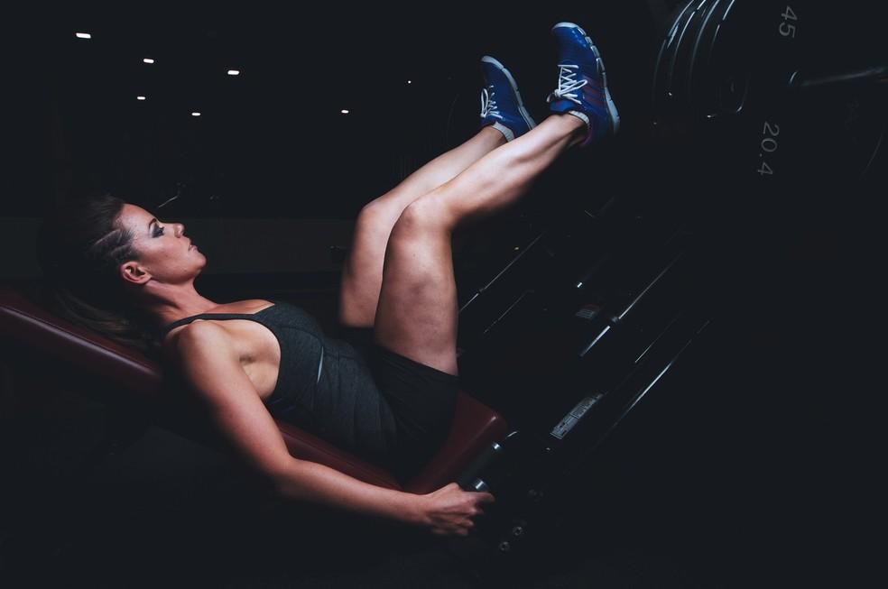 Exercícios multiarticulares, como leg press, devem ser sempre realizados, independente do objetivo da mulher — Foto: Pixabay