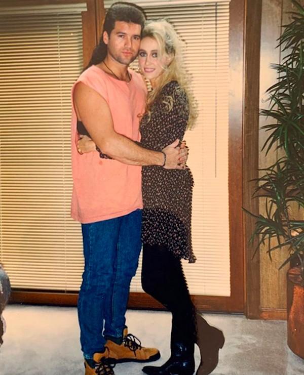 Os pais da cantora Miley Cyrus na cerimônia de casamento dos dois há 25 anos (Foto: Instagram)