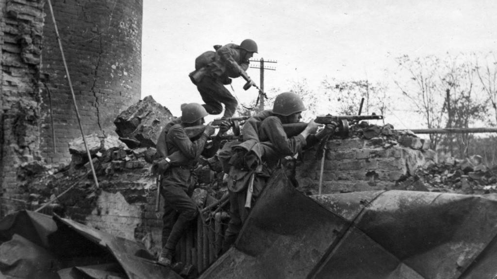 Exército Vermelho batalha em meio a ruínas de Stalingrado (Foto: Wikimedia Commons)