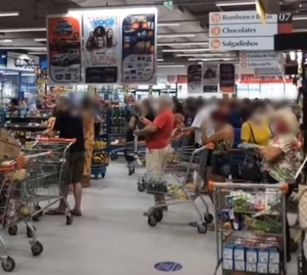 Supermercados de Natal ficaram cheios neste sábado (6). — Foto: Reprodução