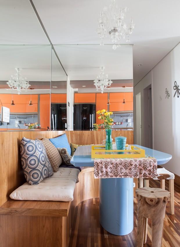 O banco encostado na parede permite que você acomode mais pessoas na mesa. O espelho também é um bom truque da arquiteta Letícia Arcangeli (Foto: Lufe Gomes)