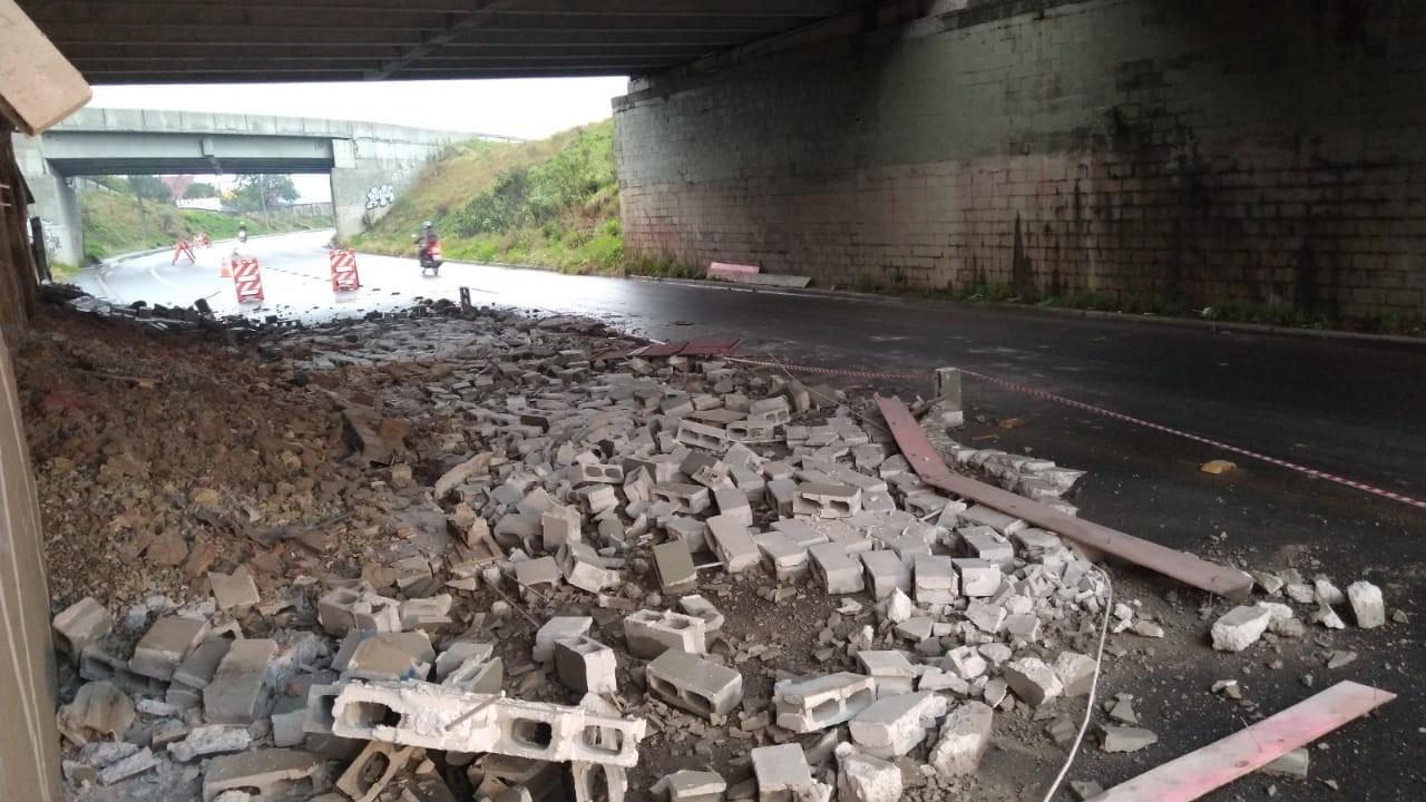 Parte de muro de viaduto cai, em Curitiba; entulhos ficam espalhados na rua - Notícias - Plantão Diário