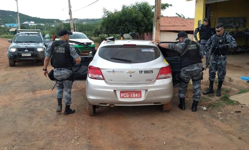 Veículo roubado em Petrolina, Pernambuco, foi localizado em Picos no Piauí. Polícia busca corpo da vítima — Foto: Polícia Militar